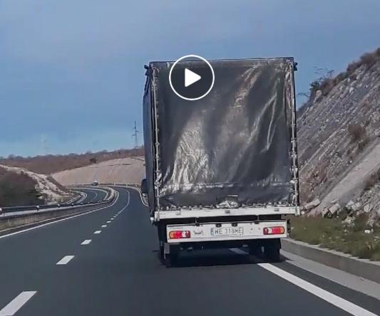 Поради силните оркански ветрови во Хрватска – камион на две тркала