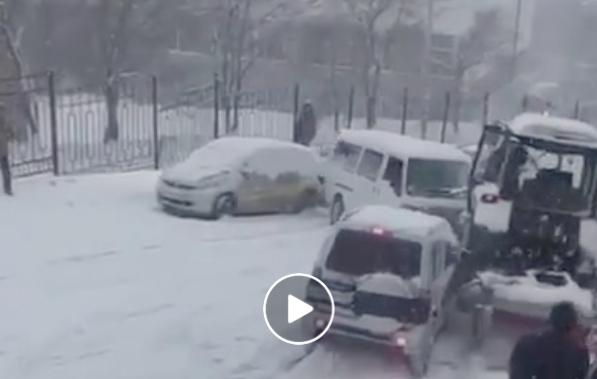 Поради снегот и мразот – голем карамбол во Владивосток, Русија
