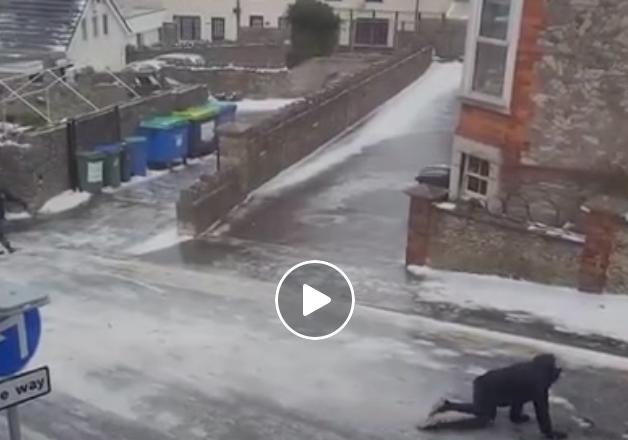 Британци се обидуваат да поминат замрзната улица
