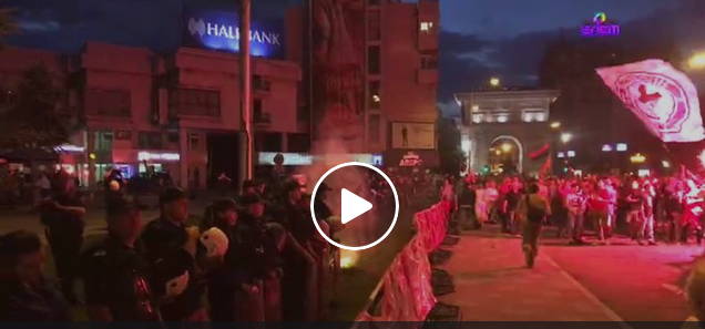 Граѓани вечерва пред Собранието се судрија со полицијата по што таа испука солзавец за да ја растера групата.