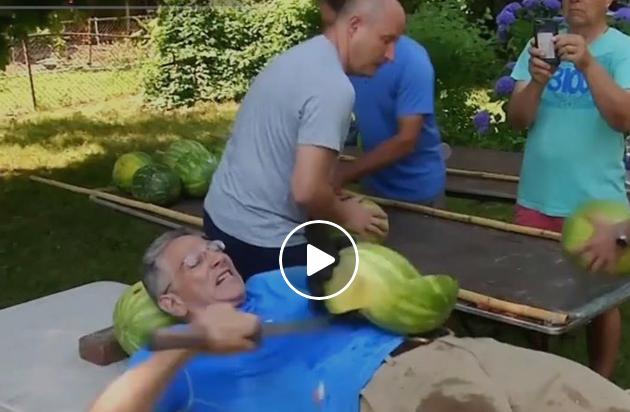 Не го правете ова дома – Гинисов рекорд во сечење љубеници на стомак со сабја