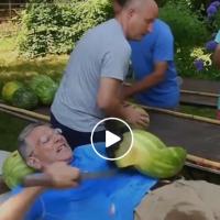 Не го правете ова дома - Гинисов рекорд во сечење љубеници на стомак со сабја