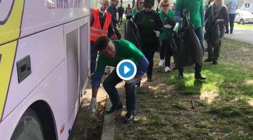 Шилегов собира ѓубре со раце, новинарот Фуркан Салиу  го зафркава