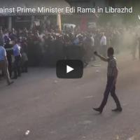 Демонстранти го нападнаа возилото на Еди Рама