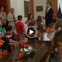 """Учениците од ОУ """"Киро Глигоров"""" на гости кај претседателот Пендаровски"""
