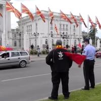 Луѓе излегоа на протест пред Владата против коронавирусот, вакцините и 5г, еден приведен