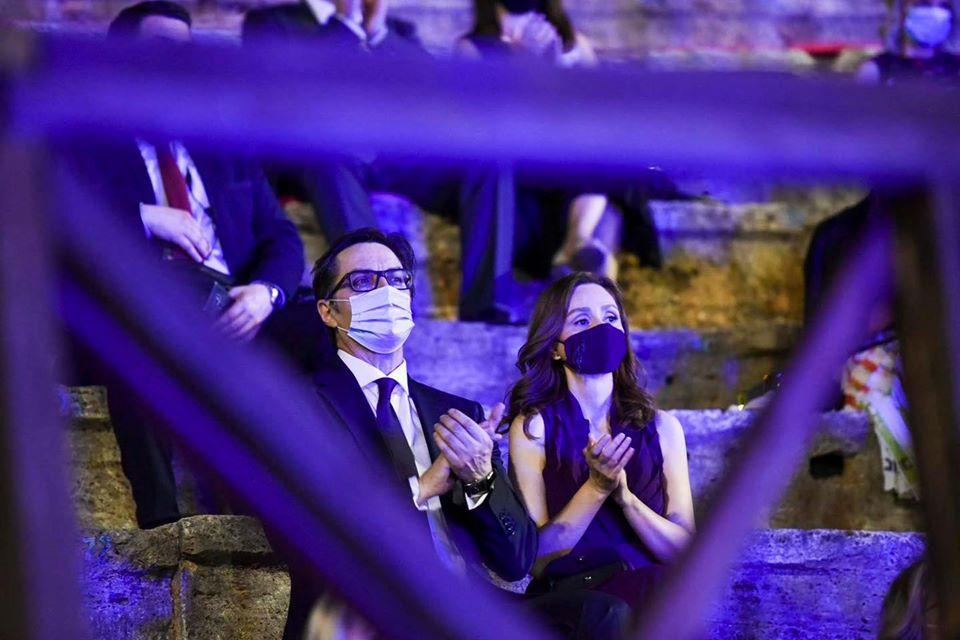 """Претседателот Пендаровски со сопругата на отворањето на 60 јубилејно """"Охридско лето"""""""
