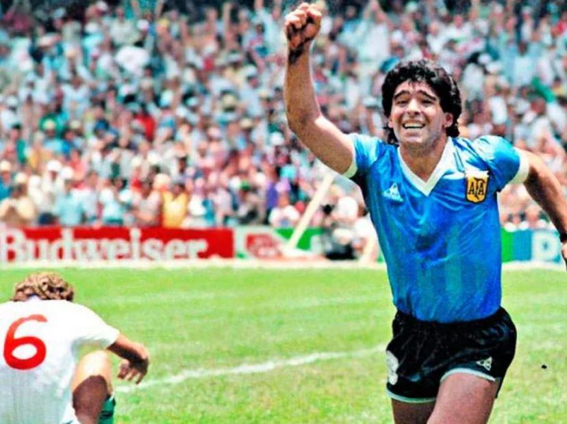 """ВИДЕО: Марадона го постигна најконтроверзниот гол во историјата на фудбалот """"Божјата рака"""""""