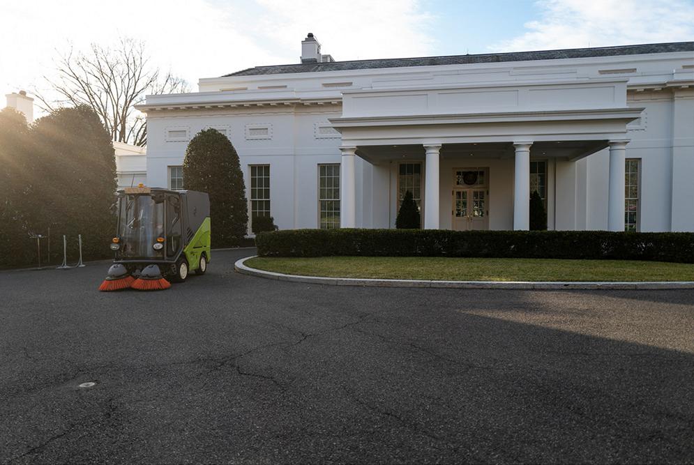 (ФОТО) Возило на Брако го чистеше дворот пред Белата куќа во Вашингтон пред денешната инаугурација на Џо Бајден
